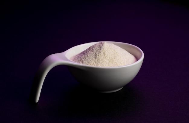 Suplemento de musculação em pó de proteína de soro de leite.