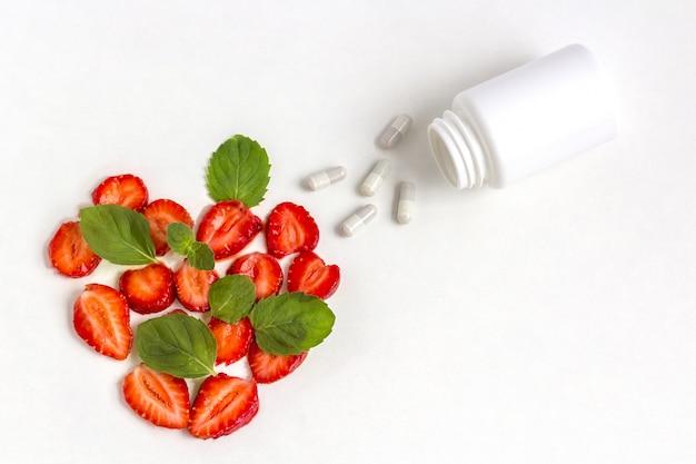 Suplementos vitamínicos como uma cápsula com frutas do frasco de medicamento.