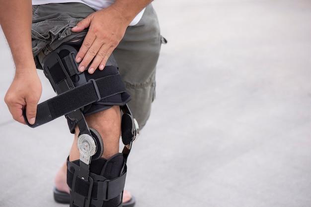 Suporte ajustável do joelho na perna do homem