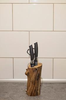 Suporte artesanal para facas de um galho de árvore de madeira