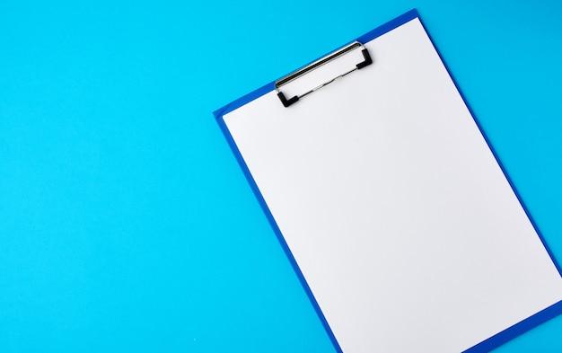 Suporte azul com lençóis brancos limpos em um fundo azul