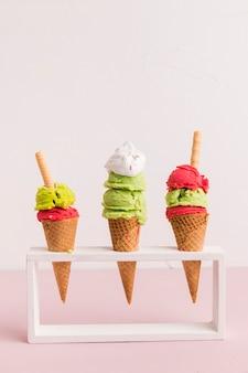Suporte com cones de sorvete vermelho e verde