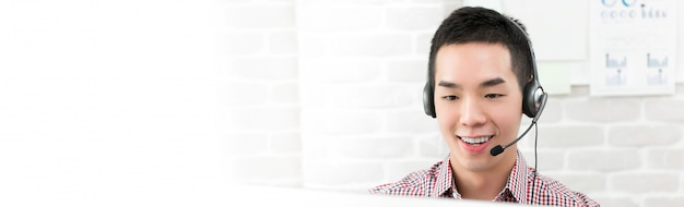 Suporte de atendimento ao cliente de telemarketing asiáticos jovens trabalhando em call center