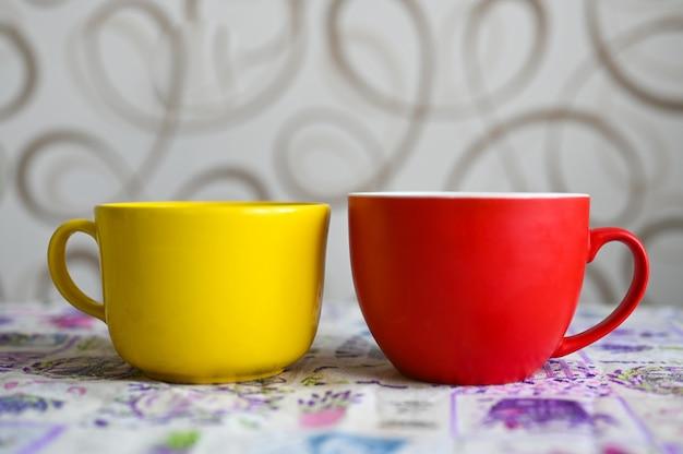 Suporte de caneca vermelho e amarelo em cima da mesa