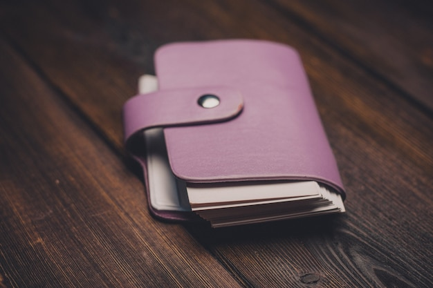 Suporte de cartão de visita em uma mesa de madeira cartões de armazenamento financeiro de acessórios