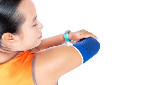 Suporte de cotovelo vestindo feminino por causa de lesão do exercício, conceito de cuidados de saúde.