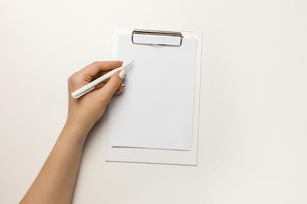 Suporte de documento claro mock-se modelo segurar o braço.