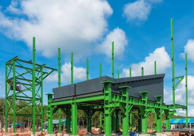 Suporte de estrutura de aço para equipamentos e zona de caldeira durante a construção.