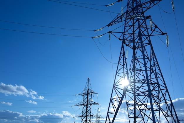 Suporte de linha de energia com fios para transmissão de eletricidade.