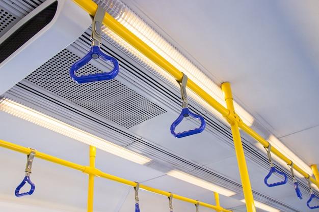 Suporte de mão azul para o passageiro dentro do ônibus público usado para segurança
