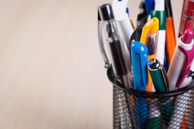 Suporte de metal com canetas