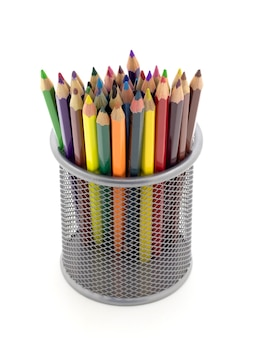 Suporte de metal com lápis de cor em um fundo branco isolado