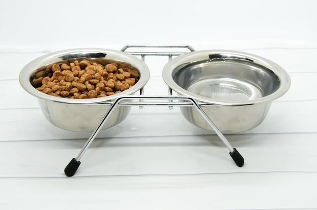 Suporte de metal para duas tigelas para comida de cachorro e água.