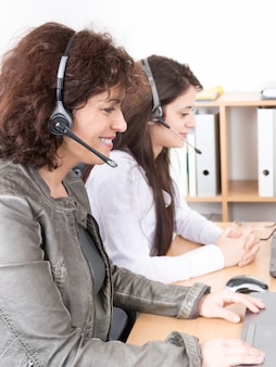 Suporte de mulher do escritório de call center no telefone para atendimento e ajuda ao cliente
