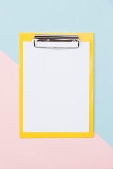 Suporte de papel colorido sobre fundo colorido