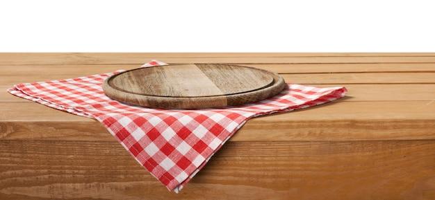 Suporte de tábua de madeira na toalha de mesa sobre fundo grunge