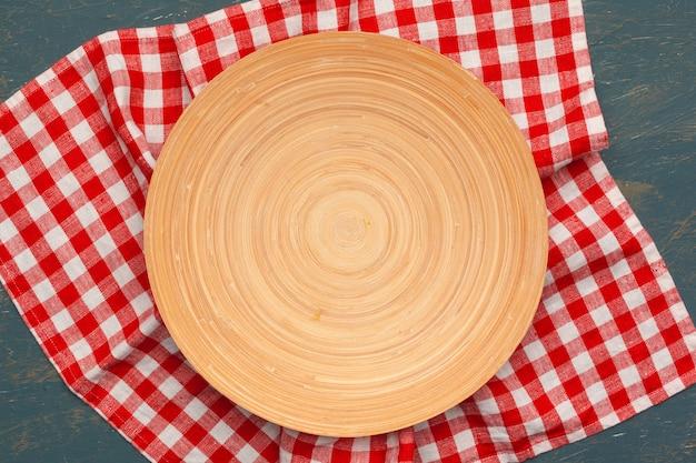 Suporte de tábua de madeira na toalha de mesa