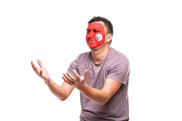 Suporte de torcedor perdedor chateado da seleção da tunísia com rosto pintado isolado no fundo branco