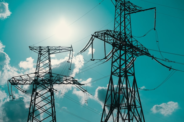 Suporte elétrico de cabos de alta tensão suporte metálico com isoladores de alta tensão contra o sol ...