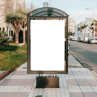 Suporte em branco vazio na parada de ônibus