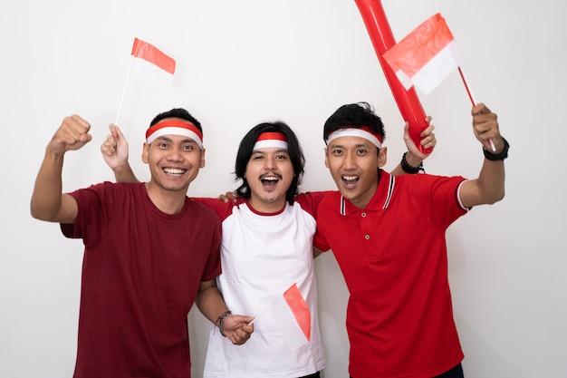 Suporte masculino jovem asiático da indonésia.