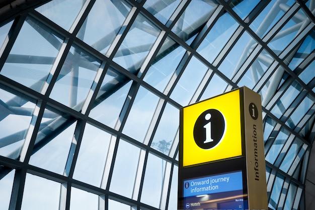 Suporte técnico, sinal de informações no aeroporto para turistas