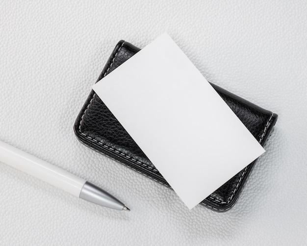 Suportes de cartão de couro pretos no fundo branco sintético.