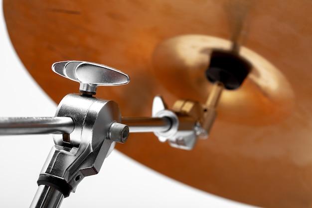 Suportes de pratos. close-up de pratos de instrumentos musicais. o instrumento musical