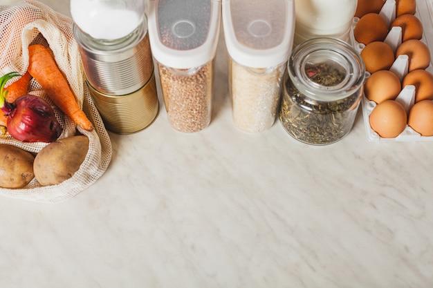 Suprimentos de comida em abundância em casa em cima da mesa