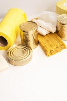 Suprimentos de comida em cima da mesa