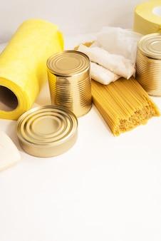Suprimentos de comida na mesa branca