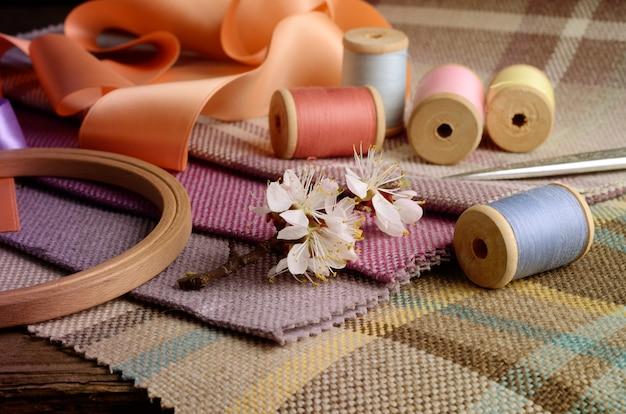 Suprimentos de costura, agulhas, tesoura vintage no tecido colorido gunny
