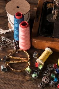 Suprimentos de costura perto da máquina antiga