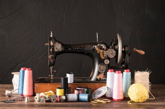 Suprimentos de costura perto da máquina retro