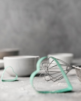 Suprimentos de cozimento close-up em cima da mesa