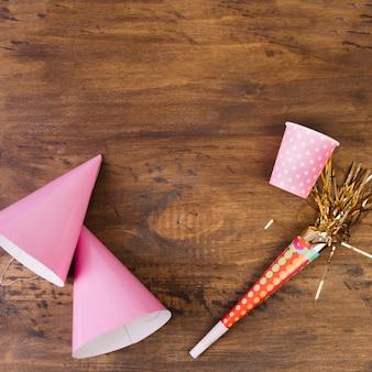 Suprimentos de festas chifres e rosa Foto gratuita