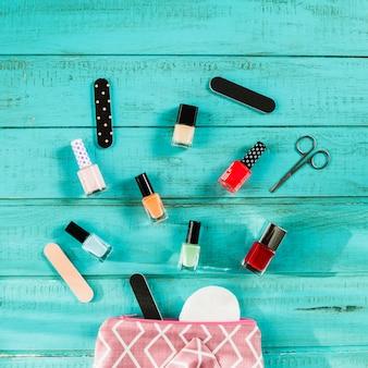 Suprimentos de manicure perto de estojo de cosméticos