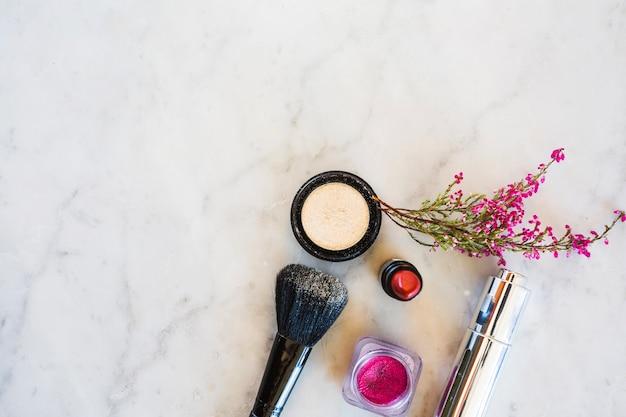 Suprimentos de maquiagem perto de flores