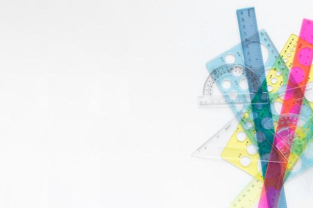 Suprimentos de réguas coloridas de matemática com espaço de cópia