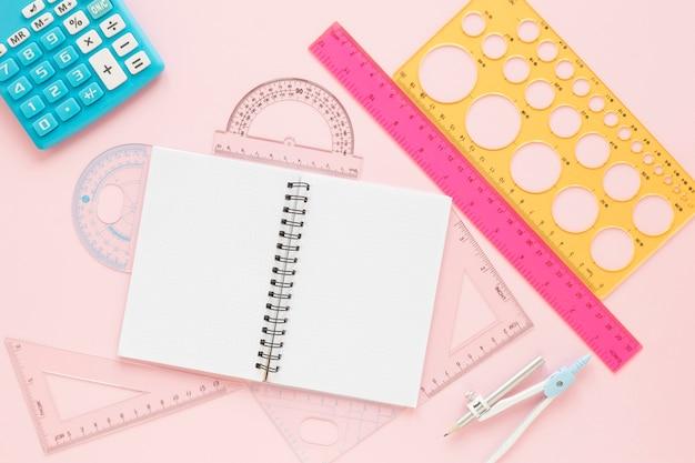Suprimentos de réguas matemáticas com caderno vazio aberto plano leigos