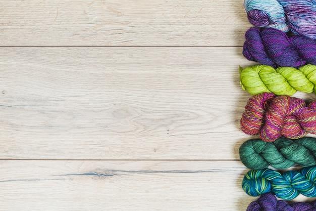 Suprimentos de tricô na mesa de madeira