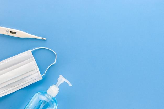Suprimentos médicos de proteção, incluindo máscara de termômetro e gel de álcool, para se proteger da vista superior do covid-19