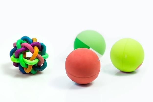 Suprimentos para animais de estimação sobre brinquedos de bola para animal de estimação isolado no branco