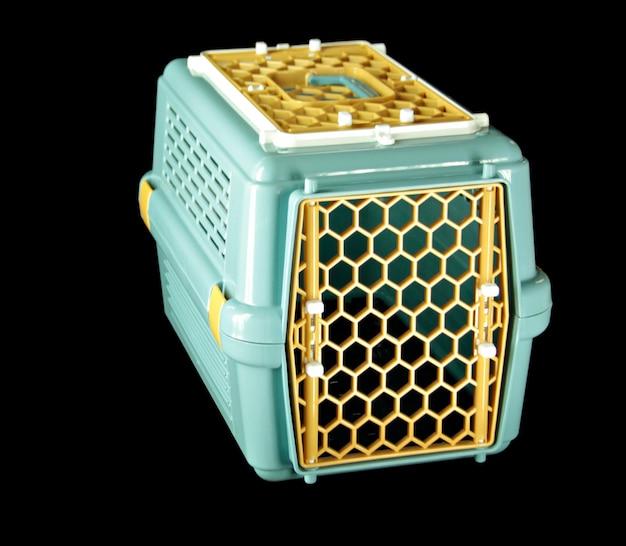 Suprimentos para animais de estimação sobre pet carrier para viajar com um animal de estimação em preto isolado