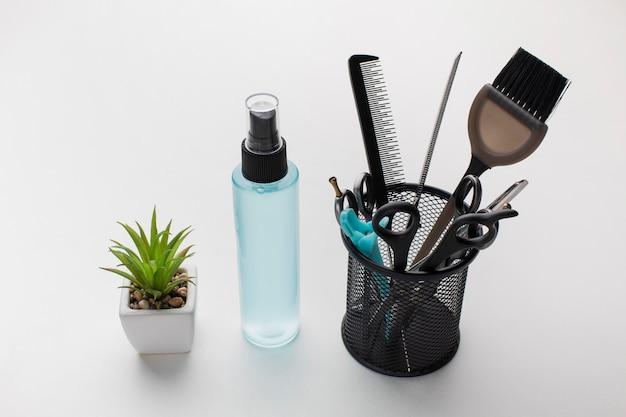 Suprimentos para cabeleireiro e frasco de spray