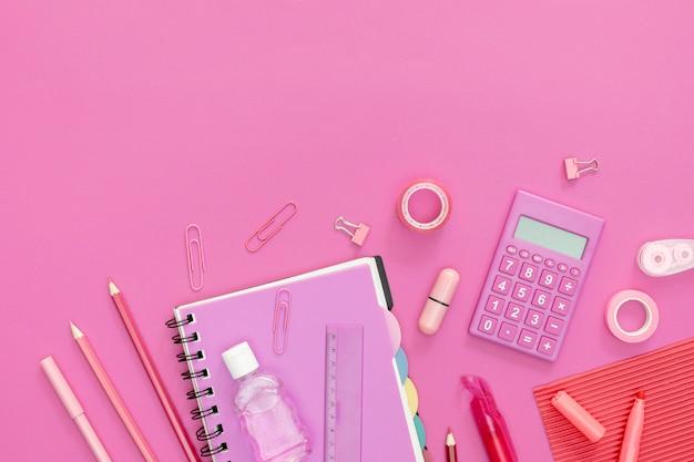 Suprimentos para escola com fundo rosa