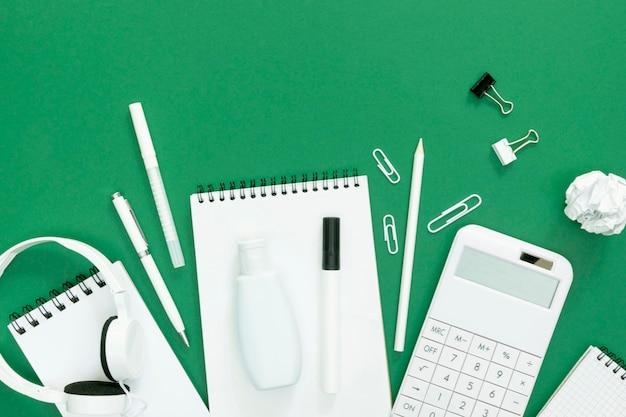 Suprimentos para escola com fundo verde