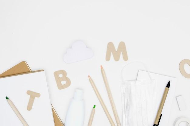 Suprimentos para escola em fundo branco