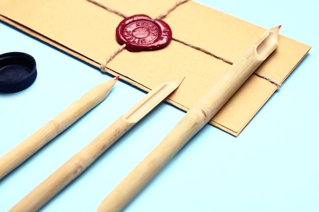 Suprimentos para prática de caligrafia e envelopes em cor de fundo