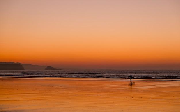 Surfista de praia do sol